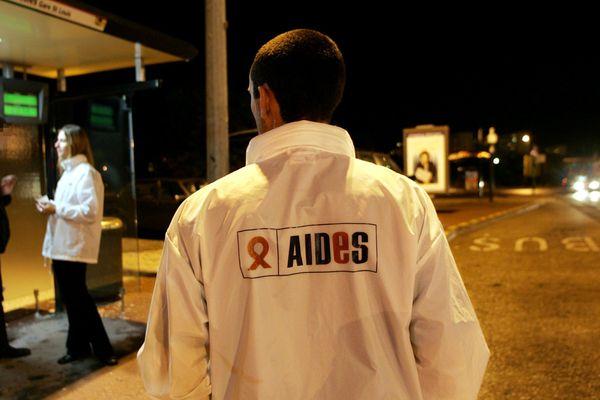 Un militant de l'association AIDES, dans les rues de Bordeaux (image d'illustration).