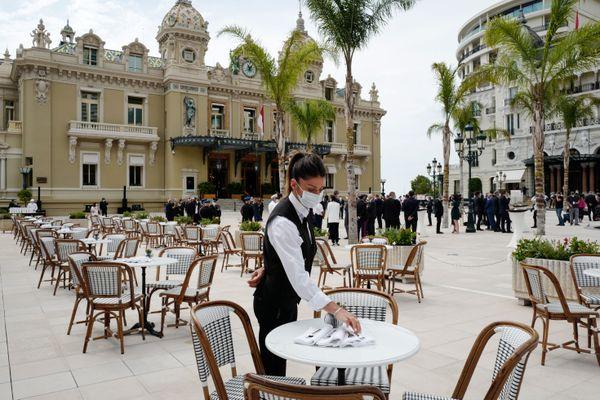 Une serveuse portant un masque sur la terrasse du Café de Paris à Monaco, le 6 juin 2020.