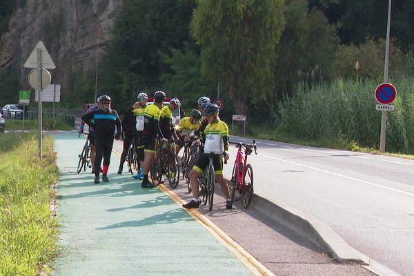 """Rassemblement des membres du club le """"Mimosa Sprint"""" après le décès d'un des leurs dimanche 17 octobre sur cette route de Villeneuve-Loubet."""