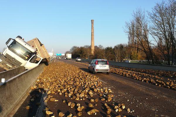 La traversée de Reims a été compliquée en ce mercredi matin. Un camion rempli de betteraves tout juste récoltées a perdu tout son chargement.