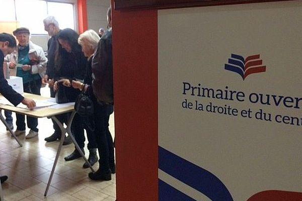 Du monde, dès l'ouverture des bureau de vote à 8 heures, au palais des sports de Castelnau-le-Lez, près de Montpellier, pour le premier tour de la primaire à droite, ce dimanche matin