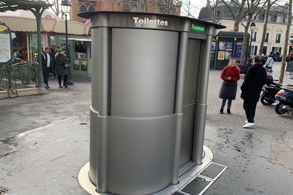 Ces toilettes disparaissent la journée. Elles sont testées place des Abesses, dans le XVIIIe arrondissement de Paris.