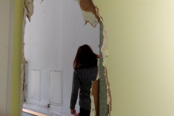 Une petite fille albanaise découvre l'intérieur de l'ancien Ehpad, rue René Duchez.