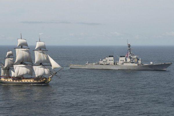 L'Hermione a été accueillie par le destroyer USS Mitscher lorsqu'elle a pénétré dans les eaux américaines.