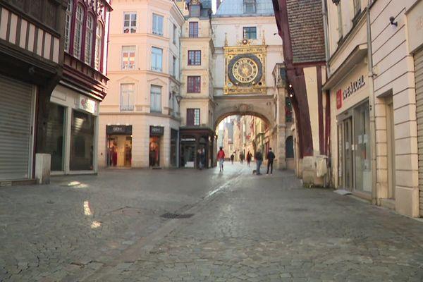 La rue commerçante du Gros Horloge désertée juste avant midi le 17 mars