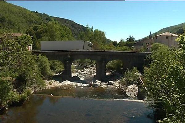 Pont de Mayres sur la Nationale 102