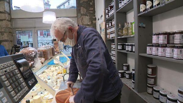 Dans la boutique de la laiterie Gibert à Grenoble, comme chez les autres fromagers, les ventes de fromages à raclette sont montées en flèche