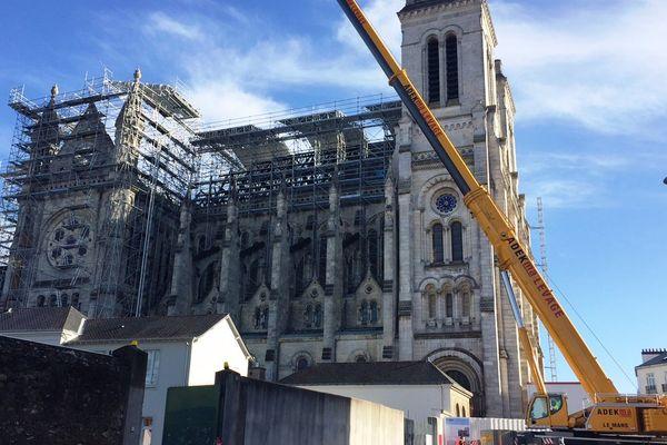 """Un incendie avait ravagé la toiture de la basilique Saint-Donatien à Nantes le 15 juin dernier, un """"parapluie"""" de 20 tonnes va permettre de mettre l'édifice hors d'eau le temps de reconstruire la charpente"""