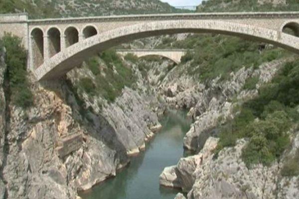 Le pont du Diable enjambe les gorges de l'Hérault.