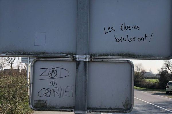 Les inscriptions apparues suite à la manifestation du 6 mars dernier ont décidé les élus des communes riveraines de la ZAD du Carnet à porter plainte pour incitation à la haine et au meurtre