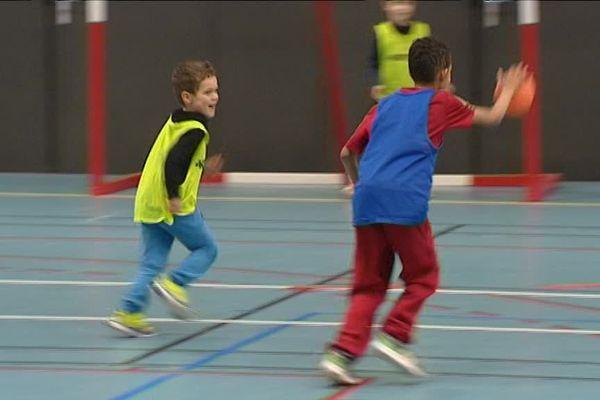 A Saint-Just-le-Martel, en Haute-Vienne, des enfants de 5 ans apprennent à jouer au hand.