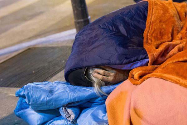 En Corse, les associations constatent que de plus en plus de personnes vivent dans la rue. 20,5% des Corses vivent en dessous du seuil de pauvreté, soit 60 000 personnes.