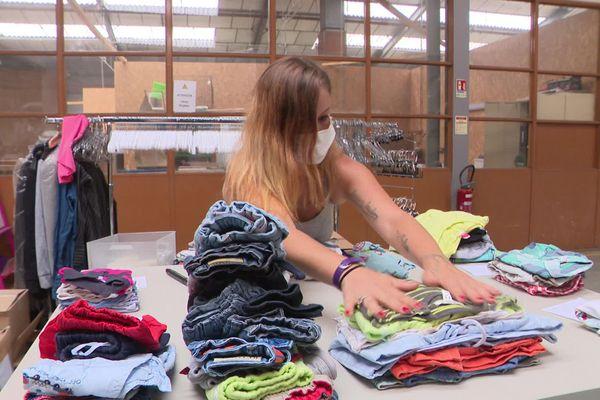 Les objets déposés sont ensuite lavés, réparés et valorisés par une vingtaine de salariés avant d'être revendus.