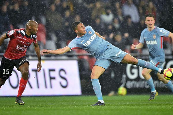 Carlos Vinicius pour l'AS Monaco et le défenseur guingampais Jérémy Sorbon, hier, samedi 6 avril, à Guingamp