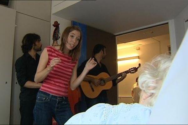 Liz Cherhal a chanté son répertoire et les chansons que certains malades demandaient