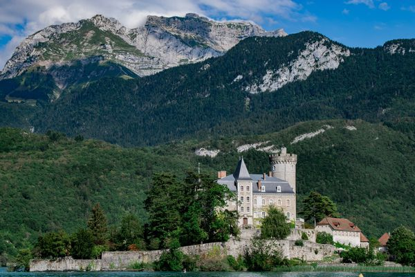 """L'application Prairy prône le """"mieux voyager"""" en répertoriant les pépites à découvrir près de chez soi comme le Château de Duing en Haute-Savoie (photo)."""