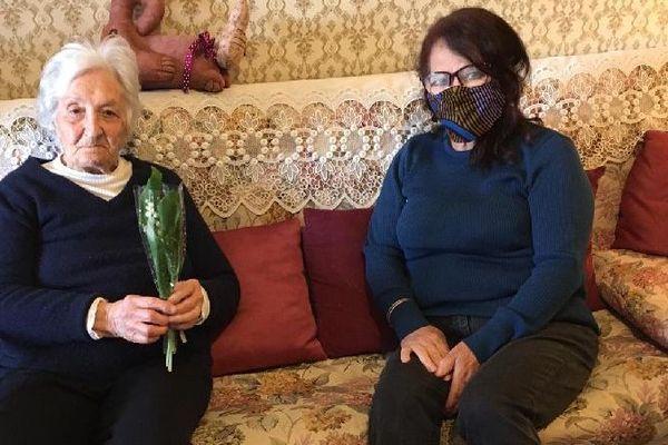 """Armelle 101 ans a reçu son brin de muguet des """"Petites frères des pauvres""""."""