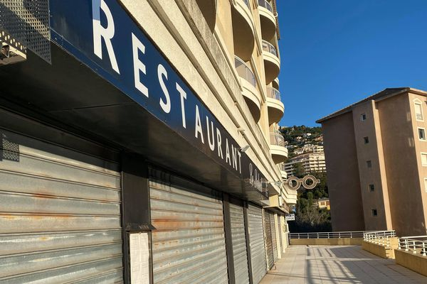 """Depuis hier, minuit, bars, restaurants, et autres commerces """"non-essentiels"""" doivent garder leurs portes fermées."""