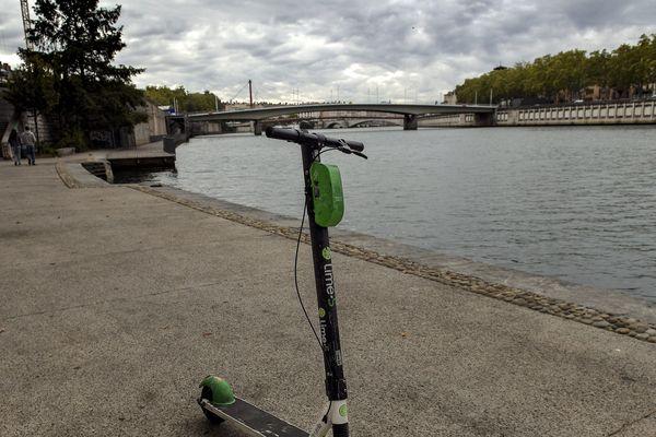 Une trottinette Lime garé sur le quai Pêcherie en rive gauche de la Saône, à Lyon le 4 octobre 2019