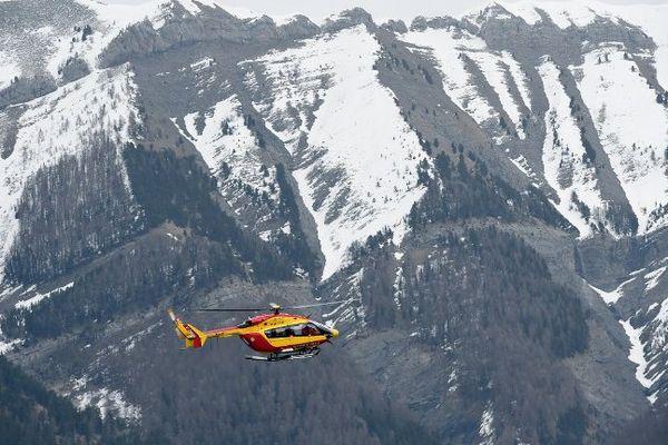 Un avion de la sécurité civile survole les lieux du crash