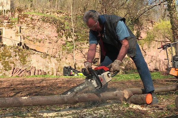 Paul Guillois en plein travail. Les plus longues branches des arbres élagués, coupéespar le milieu, serviront debarrières pour sécuriser les bords d'allées.