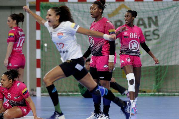L'équipe de Fleury Loiret Handball battue par le Baia Mare, à Orléans, le 14 février 2016.