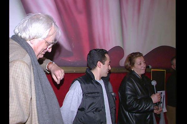 Bertrand Tavernier à Lyon en 2001, avec les victimes de la double peine
