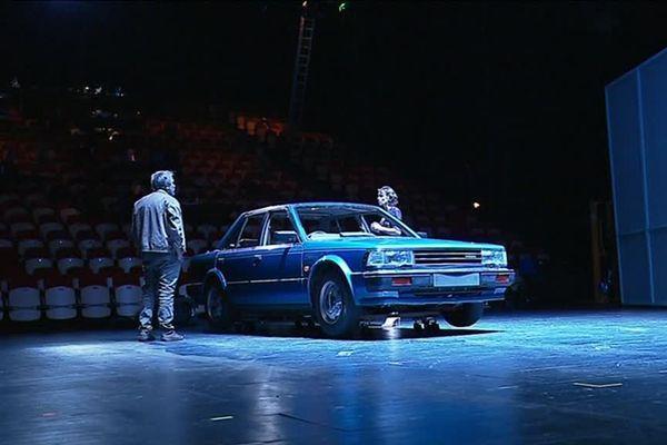 """La pièce de théâtre """"Bluebird"""", écrite par Claire Devers, se déroule dans l'habitacle d'une Nissan Bluebird"""