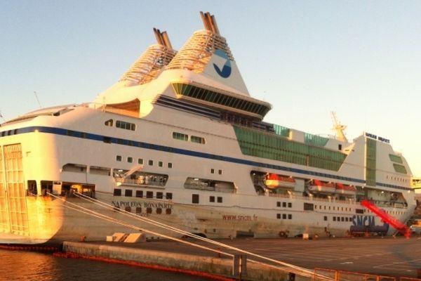 Le Napoléon Bonaparte dans le port de Marseille, prêt à être remorqué , le 03 janvier 2013