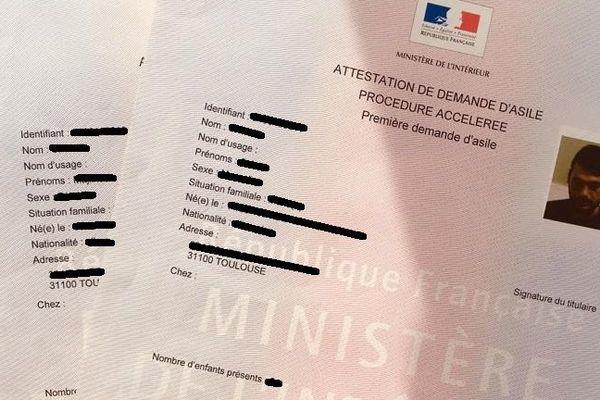C'est à ça que ressemble une demande d'asile. Un papier rosé, qui devrait permettre aux demandeurs en attente d'une réponse d'être hébergé en attendant. Mais la ville, la région et la France, manquent de places d'hébergement dans les centres d'accueil. Conséquence : une partie des demandeurs d'asiles vit dehors, souvent dans des tentes, sous le regard des passants.