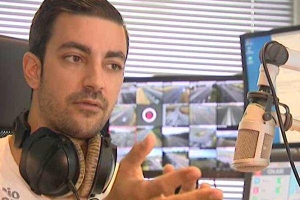 Colas Bedoy, présentateur sur Sanef 107.7, jongle entre le micro et la vidéosurveillance des autoroutes.