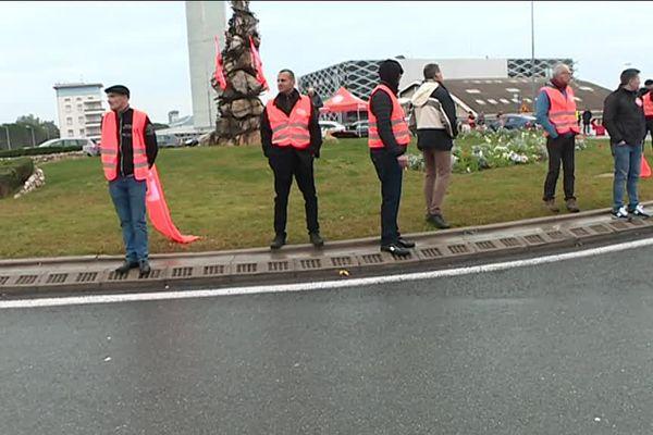 Depuis 6 heures, ils bloquent les accès de l'aéroport.