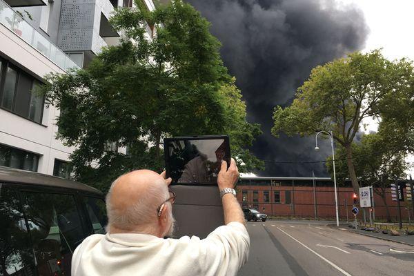 26 septembre 2019, 9h30 : un automobiliste s'arrête pour prendre en photo le nuage de l'incendie de l'usine Lubrizol au dessus du Hangar 11 où sont sont situés les locaux de France 3 Normandie