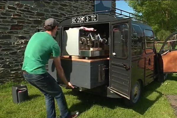 """""""Le café de la Baie"""" est installé à bord d'une 2 CV !"""