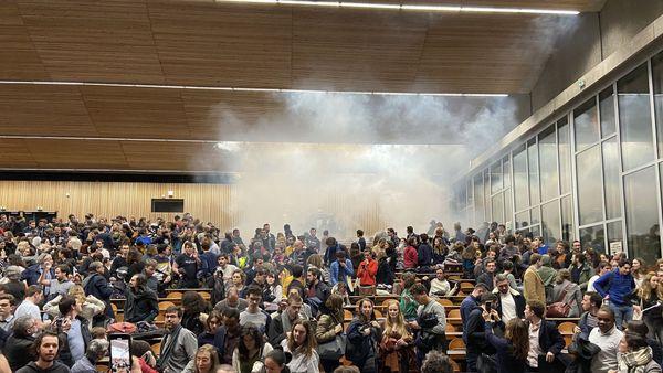 Craquage de fumigènes pendant le débat