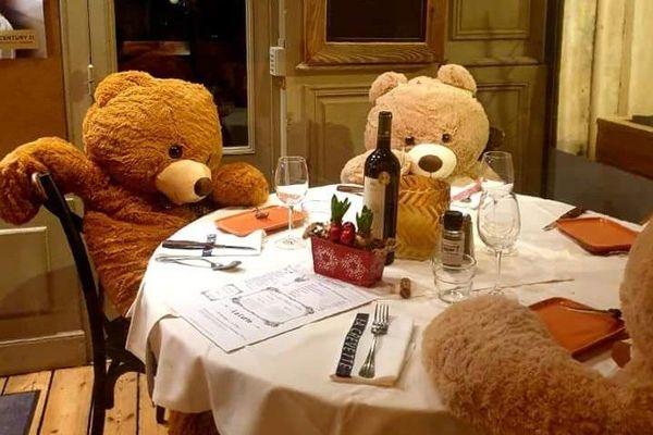 Comme de vrais clients, les ours en peluche se laissent tenter par une petite bouteille de vin rouge.