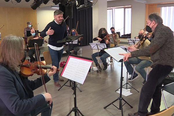 Alexandre Guerrero, en répétition à Barcelone avec l'Orchestre de Chambre de Catalogne avant le concert de dimanche.