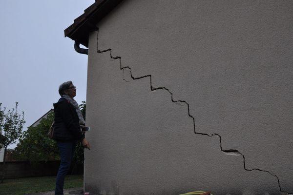 Un exemple de façade lézardée suite à un mouvement de terrain (image d'illustration)