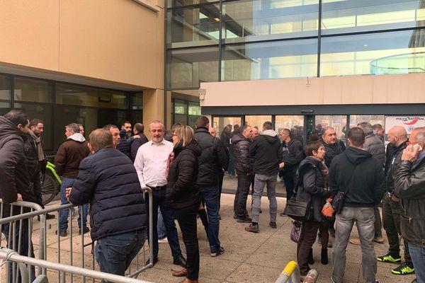 Une trentaine de policiers ce mardi midi devant le commissariat de Montpellier en hommage au policier tué à Bron, et pour exprimer leur colère face à leur condition de travail - 14 janvier 2020