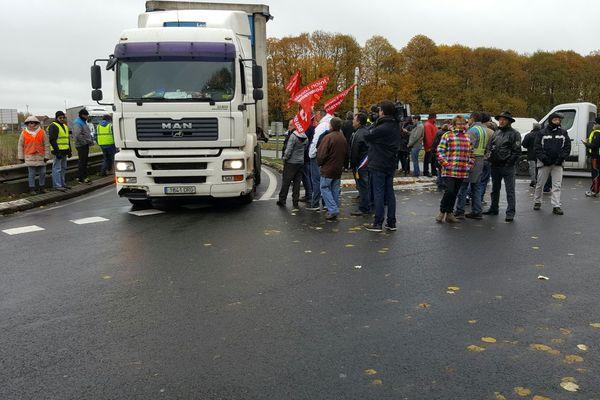Opération barrage filtrant au rond-point de La Croisière par des salariés de GM et S Industrie (ex-Altia)