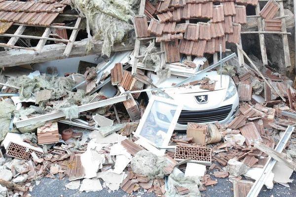 Deux personnes étaient à l'intérieur de la maison lorsqu'elle s'est effondrée. Par miracle, elles sont indemnes.
