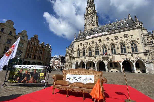 La réplique du canapé de la série Friends installée place des Héros à Arras.