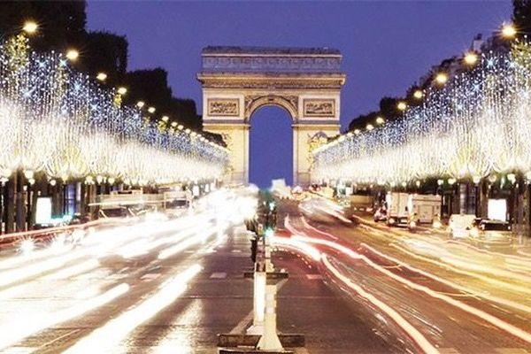 La célèbre avenue des Champs Elysées sera illuminée cette année du 20 novembre 2014 au 7 janvier 2015 inclus.