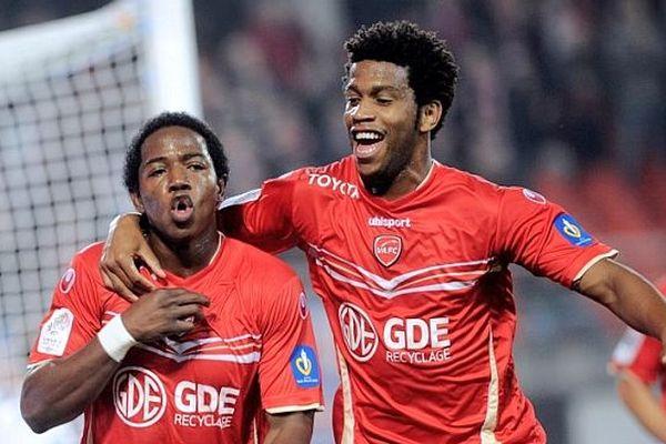 Carlos Gil (à droite) durant Valenciennes - Lorient 20 oct. 2012