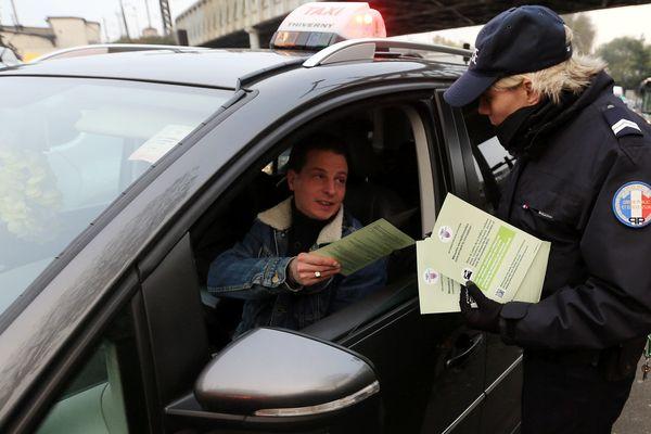 Distribution de tracts d'information à Paris par la préfecture de police.