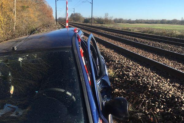 La voiture a été percutée par un train de marchandises après une perte de contrôle.