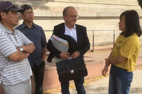 La famille de Sophie Le Tan, son père et sa mère autour de l'avocat de la famille, Gérard Welzer.