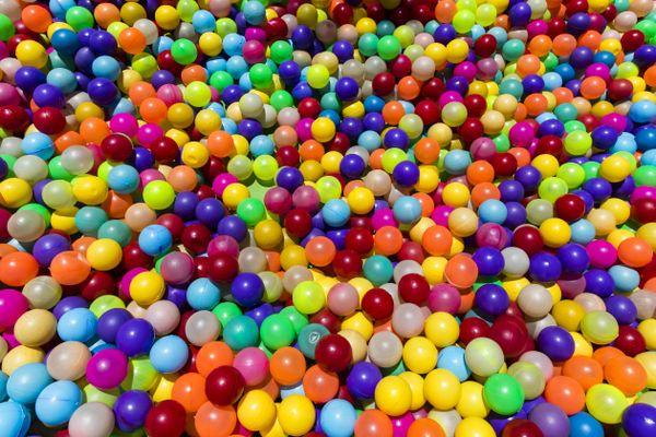 Une piscine recouverte de balles multicolores - Photo d'illustration