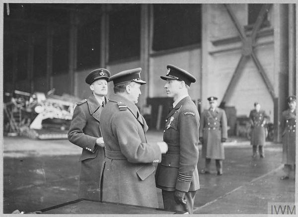 """Witold Urbanowicz (à droite) décoré de la """"Distinguished Flying Cross"""" (DFC) par l'Air Marshall Sholto Douglas le 15 décembre 1940 pour ses exploits pendant la Bataille d'Angleterre."""