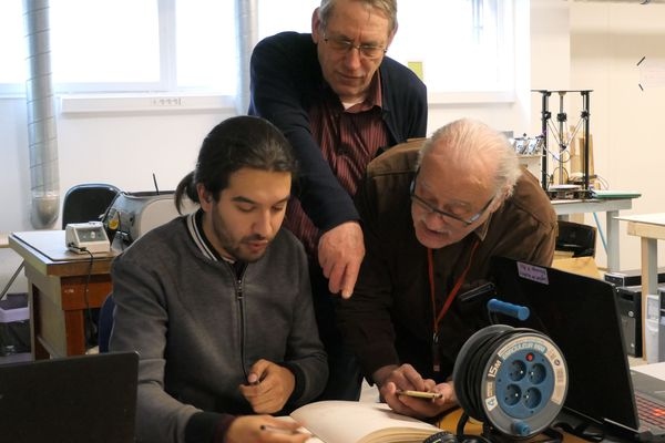 """Dans le """"fab lab"""", adhérents et bénévoles cherchent des solutions pour faire avancer chaque projet."""